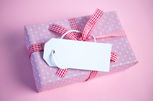 Pink gift wrapped box with blank tagの素材 [FYI00488483]