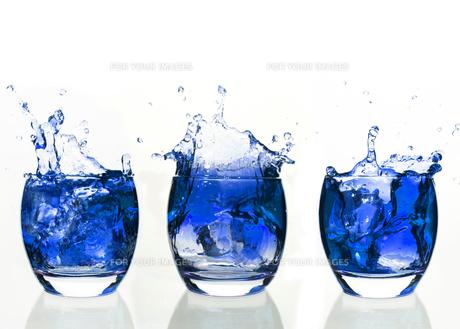 Serial arrangement of blue liquid splashing in tumblerの素材 [FYI00488491]