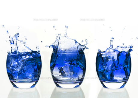 Serial arrangement of blue liquid splashing in tumblerの写真素材 [FYI00488491]