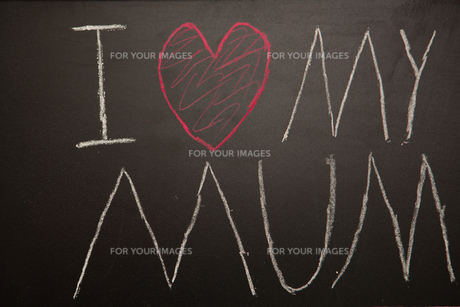 I love my mum message drawn on blackboard with chalkの写真素材 [FYI00488492]