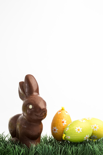 Chocolate bunny rabbit and two easter eggsの写真素材 [FYI00488498]