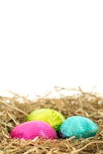 Three foil wrapped easter eggs nestled in straw nestの素材 [FYI00488520]