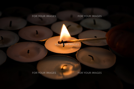 Match lighting tea light candleの素材 [FYI00488522]