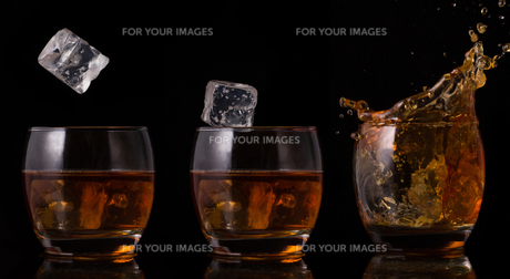 Serial arrangement of ice falling into whiskey glassの素材 [FYI00488527]