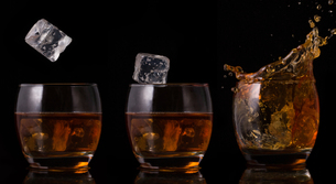 Serial arrangement of ice falling into whiskey glassの写真素材 [FYI00488527]