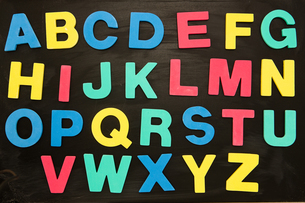 Alphabet magnets stuck on blackboardの素材 [FYI00488530]