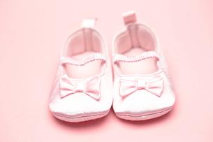 Baby girls pink bootiesの写真素材 [FYI00488535]