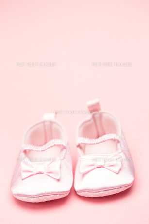Baby girls pink booties with copy spaceの写真素材 [FYI00488548]