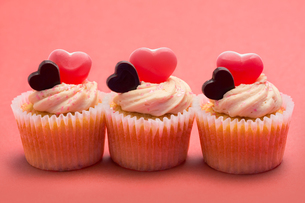 Three valentines cupcakes in a rowの素材 [FYI00488552]