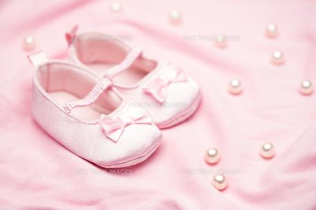 Baby girls pink booties on pink blanketの写真素材 [FYI00488554]