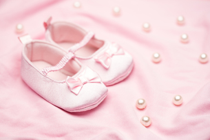 Baby girls pink booties on pink blanketの素材 [FYI00488554]