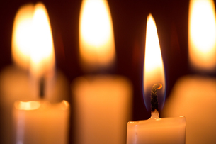 Focus on candle burningの写真素材 [FYI00488559]