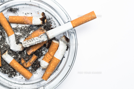 Overhead of burning cigarette in ashtray with copy spaceの素材 [FYI00488571]
