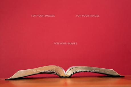 Open book lying on tableの写真素材 [FYI00488574]