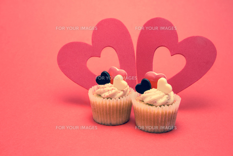 Two valentines cupcakes with heart decorationsの素材 [FYI00488577]