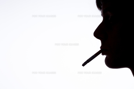 Silhouette of smoking manの素材 [FYI00488579]