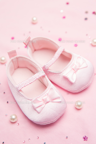Pink baby shoes for a girlの素材 [FYI00488581]