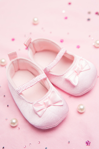 Pink baby shoes for a girlの写真素材 [FYI00488581]