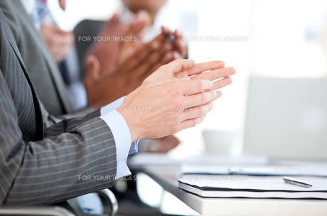 Close up of a Business team applauding a presentationの素材 [FYI00488583]