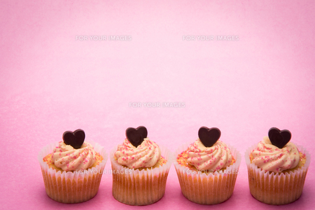 Four valentines cupcakes in a rowの素材 [FYI00488588]