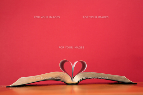 Book with pages folded to form heartの素材 [FYI00488590]