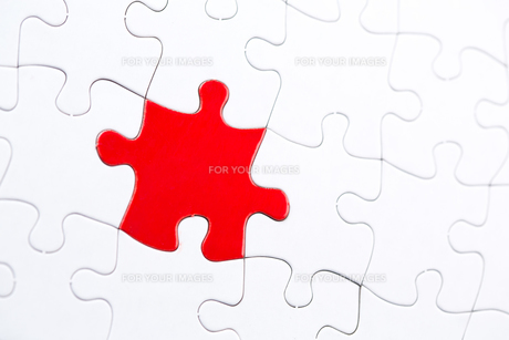 White jigsaw puzzle with one red pieceの素材 [FYI00488598]