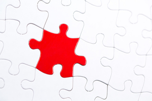 White jigsaw puzzle with one red pieceの写真素材 [FYI00488598]