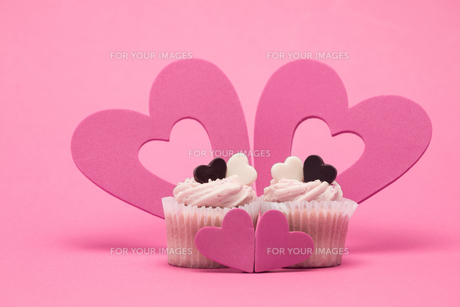 Two valentines cupcakes with four heart decorationsの素材 [FYI00488605]