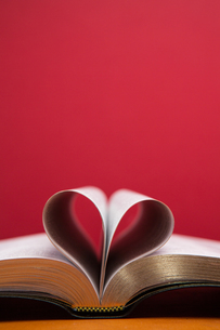 Embossed pages of book folded to make heartの素材 [FYI00488617]