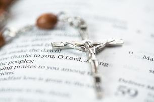 Crucifix resting on the bibleの素材 [FYI00488620]