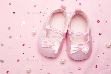 Baby shoes for a girlの写真素材 [FYI00488624]