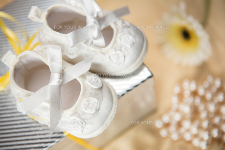 Baby booties on gift boxの写真素材 [FYI00488631]