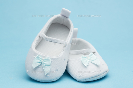 Baby booties with blue ribbonの写真素材 [FYI00488632]