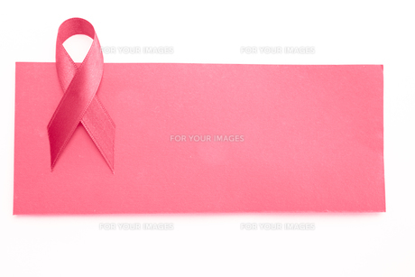 Blank pink card with pink ribbonの写真素材 [FYI00488639]