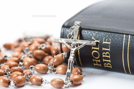 Black leather bound holy bible with rosary beadsの素材 [FYI00488644]