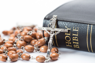 Black leather bound holy bible with rosary beadsの写真素材 [FYI00488644]