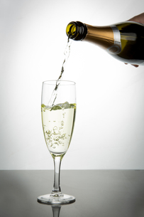 Champagne pouring into fluteの素材 [FYI00488650]