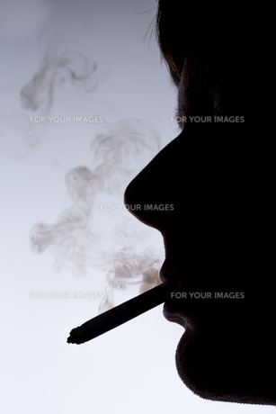 Close up silhouette of smoking manの素材 [FYI00488653]