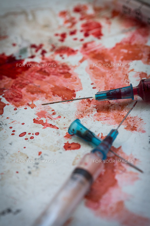 Two syringes lying on blood splattersの素材 [FYI00488666]