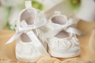 White baby bootiesの写真素材 [FYI00488667]