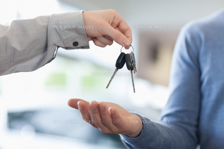 Man giving keys to someoneの写真素材 [FYI00488669]