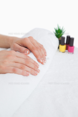 French manicured fingers and nail paint bottlesの写真素材 [FYI00488673]