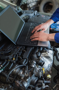 Car mechanic using laptopの写真素材 [FYI00488697]