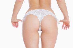 Woman removing pantiesの素材 [FYI00488711]