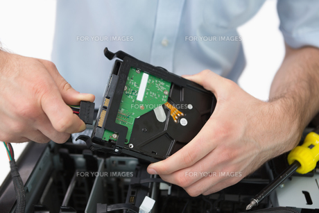 Hands fixing cable to hard diskの写真素材 [FYI00488733]