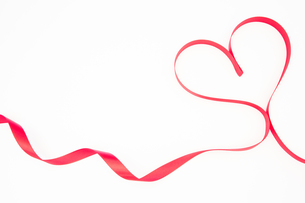 Pink ribbon shaped into heart with copy spaceの素材 [FYI00488737]