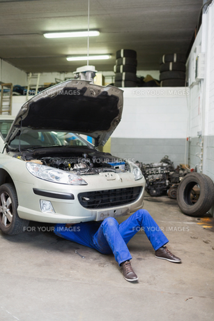 Auto mechanic working under carの素材 [FYI00488741]