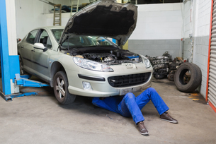 Male mechanic working under carの写真素材 [FYI00488742]