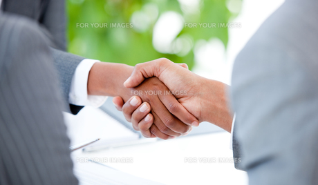 Close up of an agreement between two businesspeopleの写真素材 [FYI00488773]