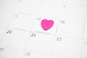Pink heart marking valentines day on calendarの写真素材 [FYI00488776]